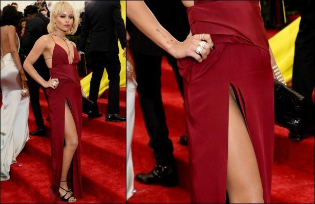 Zoë Kravitz, a filha de 26 anos do cantor Lenny Kravitz, deixou a calcinha em casa e foi a uma festa de gala em maio com um vestido cuja fenda vai quase até a cintura. A virilha da moça acabou muitíssimo exposta. (Foto: Getty Images)