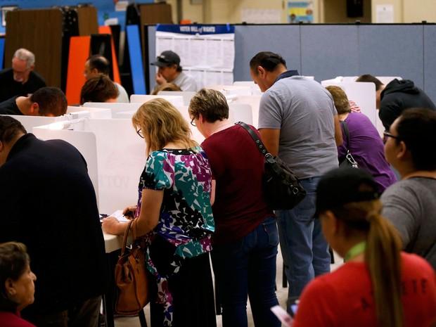 Eleitores votam na Dalton Elementary School, em Azusa, na Califórnia, na terça (8) (Foto: Reuters/Mario Anzuoni)