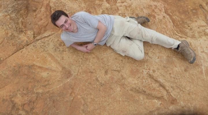 Fabien Knoll ao lado da pegada do dinossauro (Foto: Arquivo pessoal/Fabien Knoll)