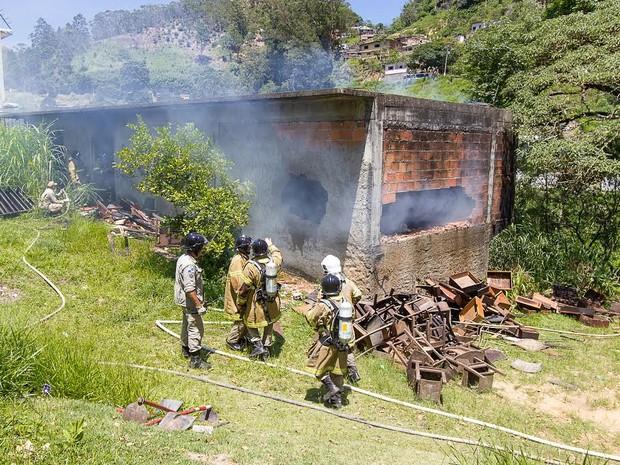 Incêndio destruiu cartieras escolares e madeiras do galpão (Foto: Alan Pacheco/Click Digital)