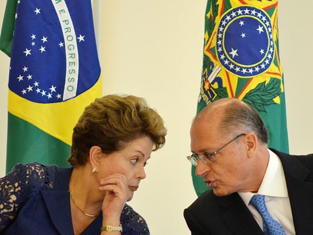 Dilma e Alckmin assinam acordo (Foto: Renato Costa/Frame/Estadão Conteúdo)