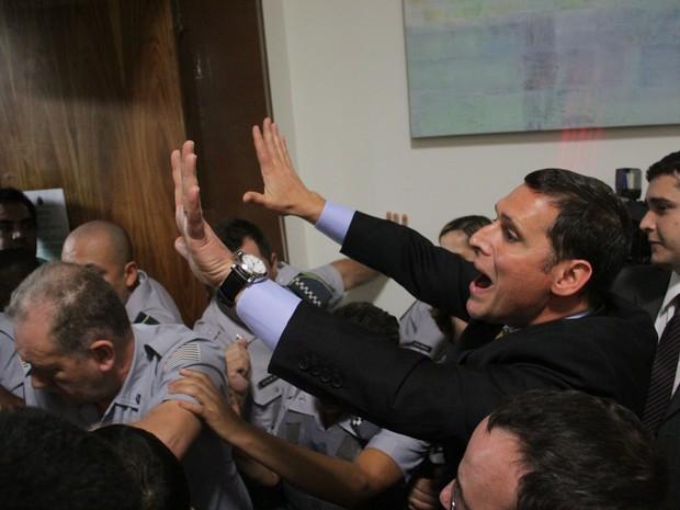 O presidente da Assembleia Legislativa (Alesp), deputado Fernando Capez, tenta negociar com professores que forçaram a entrada no plenário  (Foto: Luis Cleber/Estadão Conteúdo)