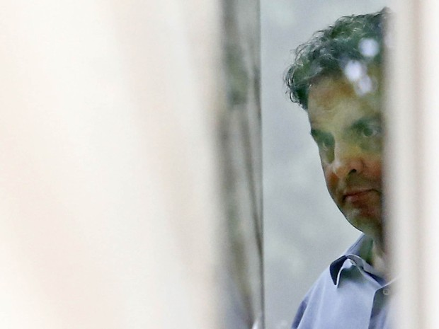 O senador afastado Aécio Neves (PSDB-MG) é visto em sua residência no Lago Sul, em Brasília, na quinta-feira (18). Aécio foi afastado do mandato de senador após ser citado na delação do empresário Joesley Batista fechada com a PGR