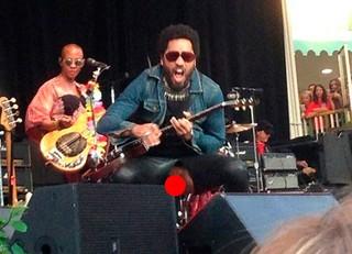 Lenny Kravitz rasga as calças durante show (Foto: Reprodução)