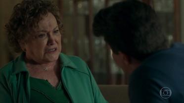 Júlio questiona Elza por ter escondido a verdade sobre Arlete