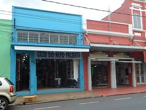 Lojista improvisa cartaz para informar clientes sobre a loja em Ribeirão Preto, SP (Foto: Marina Sola/G1)