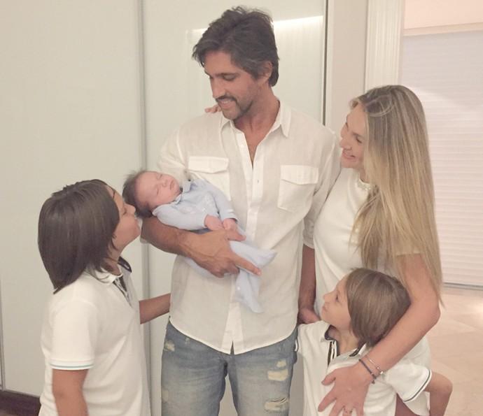 Leo passou a virada com a mulher e os três filhos (Foto: Arquivo Pessoal)