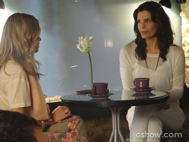 Verônica aconselha Lívia, que confessa paixão por Laerte (Foto: Em Família/TV Globo)