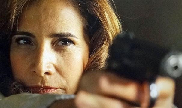 Emboscada da máfia? Piloto de avião tem atitude suspeita e Wanda saca arma (Foto: TV Globo)