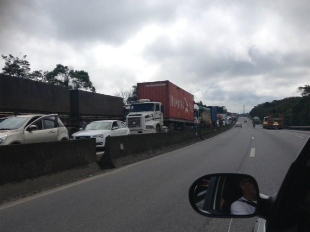 Por volta das 15h30, congestionamento era de nove quilômetros, segundo a Ecovia (Foto: Dulcineia Novaes / RPC)