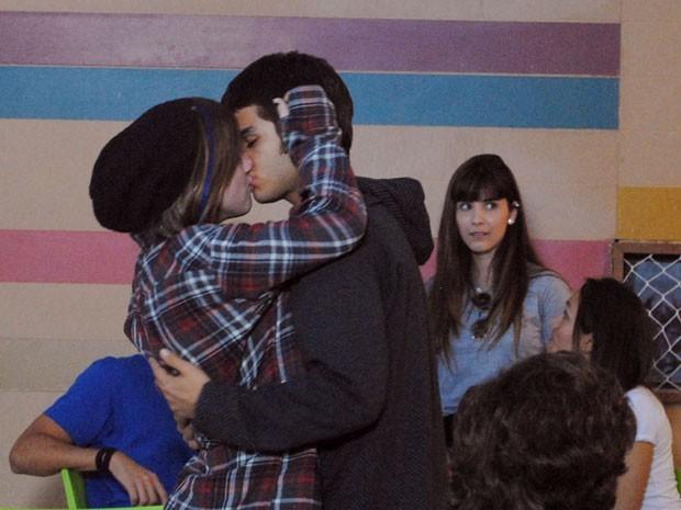 Lia beija Gil na frente de toda a galera do colégio  (Foto: Divulgação/TV Globo)