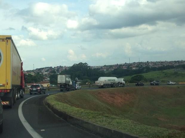Trânsito ficou lento no trecho após o acidente  (Foto: Ana Carolina Levorato/ G1 )