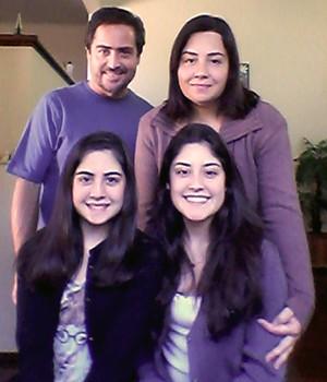 DE VOLTA PARA CASA Reginaldo e Tathyana com as filhas Mariana e Giulia (blusa azul) em Espírito Santo do Pinhal (SP) (Foto: Arq. pessoal)