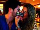 Ex-BBB Adriana ganha chocolate de Rodrigão durante viagem
