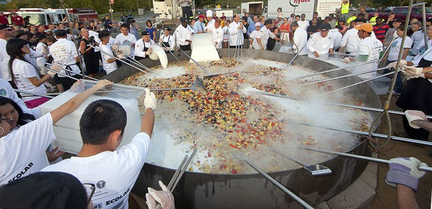Cozinheiros prepararam ensopado de frutos do mar de 3.019 quilos. (Foto: John Solem/AP)