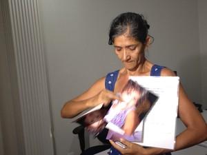 Avó de Ieda, Maria de Jesus, mostra os documentos da neta (Foto: Elisangela Farias/G1)