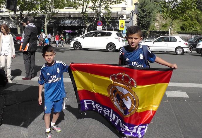 Crianças bandeira Espanha clássico Real Madrid x Atlético de Madrid (Foto: Claudia Garcia/GloboEsporte.com)