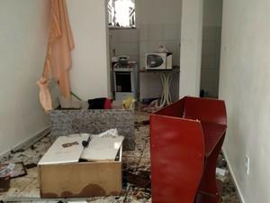 Casa da vítima ficou destruída depois do crime (Foto: Augusto Urgente )
