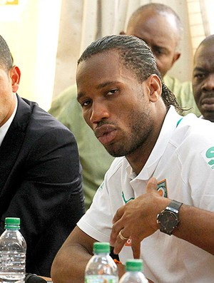 Drogba na coletiva da sele&#231;&#227;o da Costa do Marfim (Foto: Reuters)