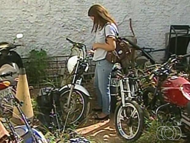 Gerente Vanessa Menezes da Silva tenta recuperar uma motocicleta apreendida no pátio da delegacia de Catalão, Goiás (Foto: Reprodução/TV Anhanguera)
