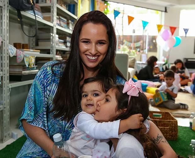 Mariana Belém com as filhas, Laura e Julia (Foto: Raphael Castello/AgNews)