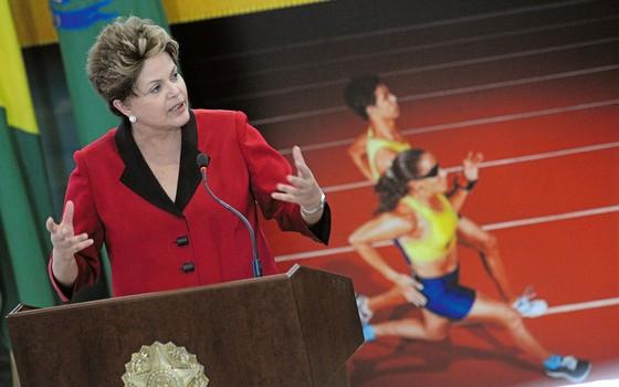 Dilma em solenidade para anunciar medidas de incetivo ao esporte .Ela brincou que a Caixa saiu na frente (Foto: Pedro Ladeira/AFP)