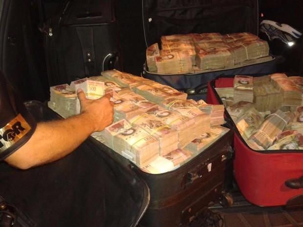 Dinheiro estava dentro de três malas em um veículo (Foto: Polícia Militar Rodoviária/Cedida)