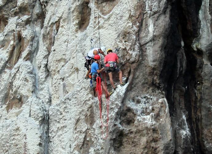 O que são dois pontinhos azul e vermelho no meio da pedra? Nicolas e João! (Foto: Rodrigo Brisolla/Gshow)