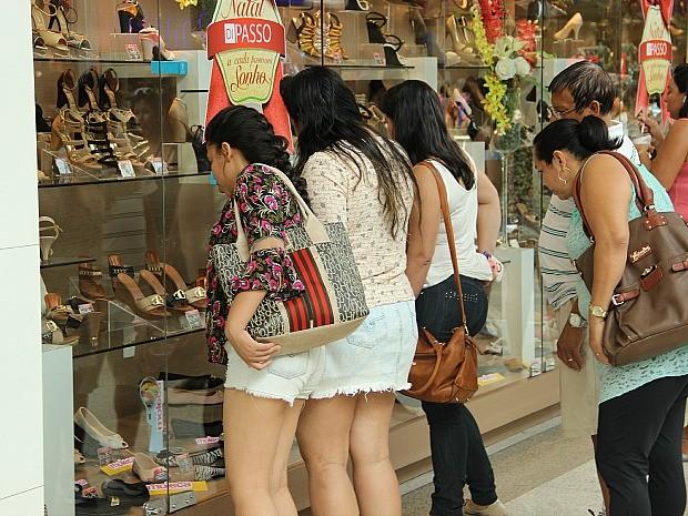 Consumidores 'garimpam' descontos na Black Friday, em Manaus (Foto: Marcos Dantas/G1 AM)