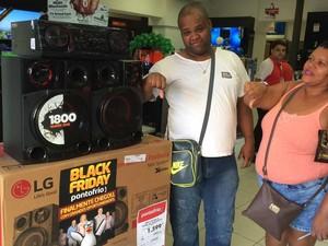 Consumidor diz que promoção é enganação e preço do equipamento de som está mais alto (Foto: Mariana Cardoso/ G1)
