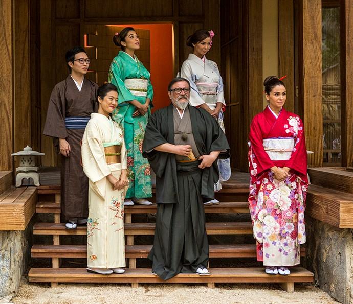 Família Tanaka com figurino oriental (Foto: Ellen Soares / Gshow)
