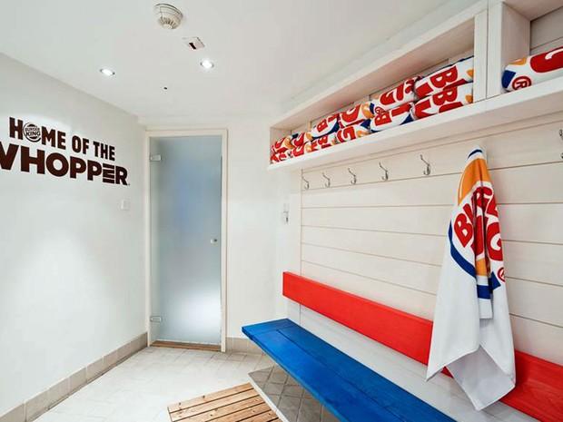 Vestiário do spa Burger King, na Finlândia (Foto: Reprodução/ Facebook)