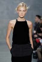 Carol Trentini desfila para a grife Vera Wang na semana de moda de NY
