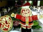 Cozinheiro cearense esculpe papai noel e árvore de Natal em frutas