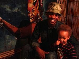 Lebo e seu filho, no hostel (Foto: Giovana Sanchez/G1)