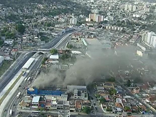 Faixa da Rua Domingos Lopes, em Madureira, foi interditada (Foto: Reprodução/TV Globo)