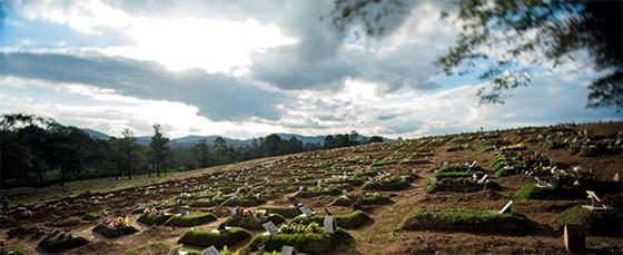 Cemitério de Perus, onde há sinais de que há uma nova vala pode guardar mais 40 corpos  (Foto: Matuiti Mayezo/Folhapress)
