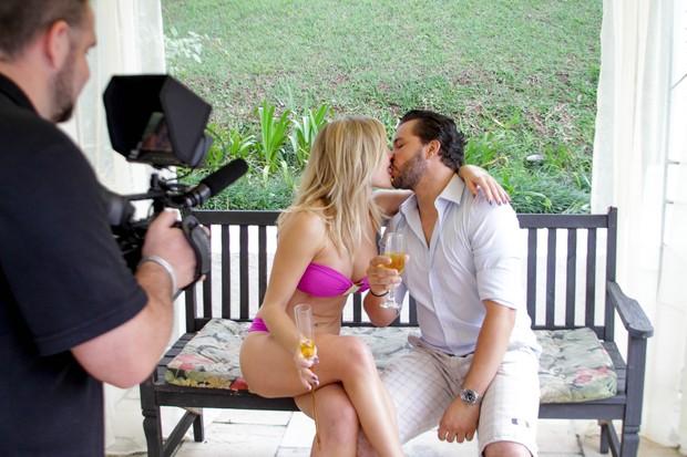 Diego Faria beija Thaiz Schmitt em clipe (Foto: Leco Viana/ Leco Viana Photos)