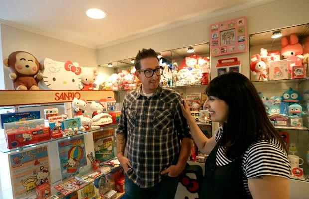 Marty Garrett e Salumeh Eslamieh têm milhares de bonecas e outros e itens da Hello Kitty (Foto: Jeff Chiu/AP)