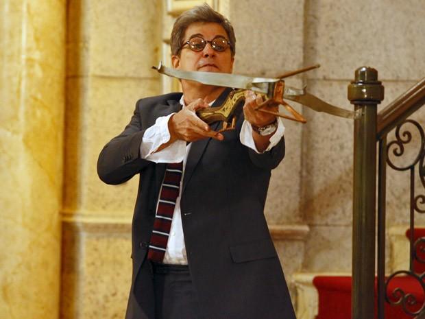 Felipe fica enfurecido e atira uma flecha contra Nando (Foto: Guerra dos Sexos / TV Globo)