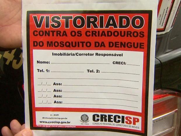 Adesivo fornecido pelo CRECI aos corretores para vedação de ralos dos imóveis fechados. (Foto: Reprodução/EPTV)