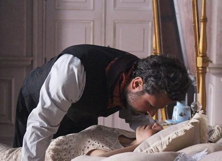 Augusto agarra Mariana e a leva para o quarto