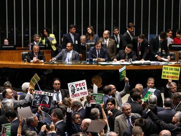 Parlamentares exibem cartazes contra e a favor da Proposta de Emenda à Constituição (PEC) 241, que estabelece teto para os gastos públicos pelos próximos 20 anos, durante sessão no plenário da Câmara dos Deputados (Foto: André Dusek/Estadão Conteúdo)