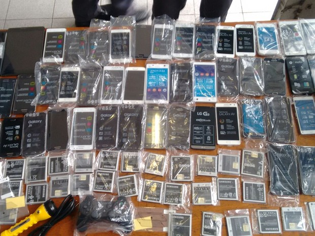 Celulares foram roubados durante a madrugada de sábado em Praia Grande (Foto: Divulgação/Polícia Militar)
