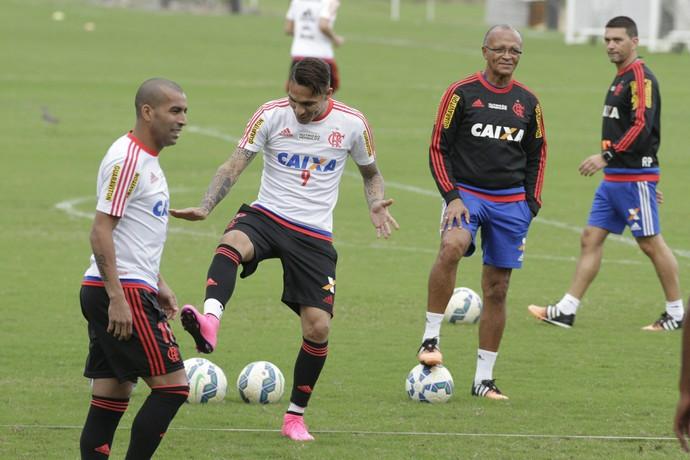 Emerson e Guerrero dão risadas juntos em treino do Fla da última quarta (Foto: Gilvan de Souza/Fla Imagem)
