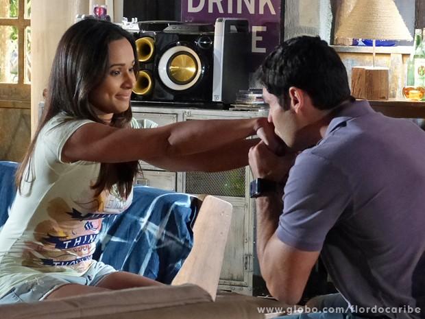 Isabel se emociona com palavras de Amadeu (Foto: Flor do Caribe / TV Globo)