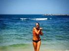 Adriane Galisteu exibe corpo sequinho em foto de biquíni