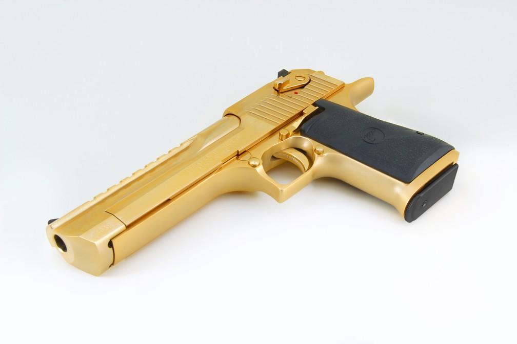 Desert Eagle .50 dourada como a que a jovem usou, segundo a imprensa americana, para atirar em seu namorado (Foto: Divulgação/Magnum Research)