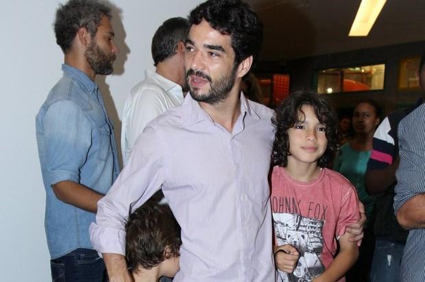 Caio Blat exibe ferimentos em sessão de cinema no Rio (Foto: Alex Palarea/AgNews)