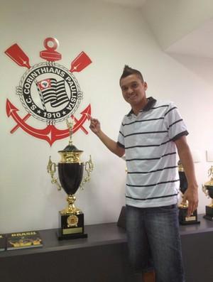 Diego Macedo assina Corinthians (Foto: Rodrigo Faber)